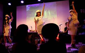 Τα μέλη του κλαμπ χορεύουν κατά τη διάρκεια εκδήλωσης.