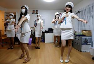 Μέλη του φαν κλαμπ στο Τόκιο χορεύουν.