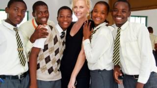 Σαρλίζ Θερόν: θυμάται τον εφιάλτη της εφηβείας της & γιορτάζει 10 χρόνια μάχης για τον HIV/AIDS