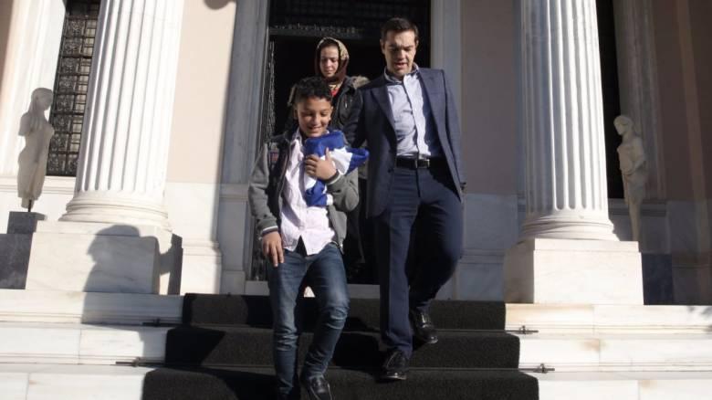 O Τσίπρας υποδέχτηκε τον 11χρονο Αμίρ στο Μέγαρο Μαξίμου - Το δώρο που του έκανε (pics)