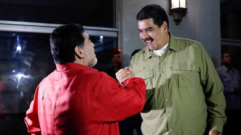 Βενεζουέλα: Ο Μαδούρο ξεδιπλώνει το ποδοσφαιρικό ταλέντο του μπροστά στον Μαραντόνα