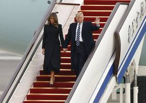 Στιγμιότυπο από την άφιξη του προεδρικού ζεύγους των ΗΠΑ στο Πεκίνο.