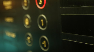 «Αν δεν ηχήσει φωνάξτε σπαρακτικά»: Η viral οδηγία σε ασανσέρ! (pic)