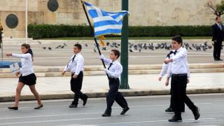 Γονείς αριστούχων προσέφυγαν στο ΣτΕ για την κλήρωση σημαιοφόρων