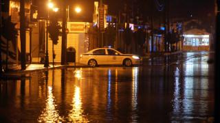 Στο έλεος της κακοκαιρίας Σύμη και Ρόδος - Αυτοκίνητα παρασύρθηκαν στο λιμάνι (vid)