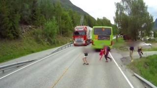 Νορβηγία: Αγοράκι σώθηκε από θαύμα λίγο πριν το χτυπήσει νταλίκα (vid)
