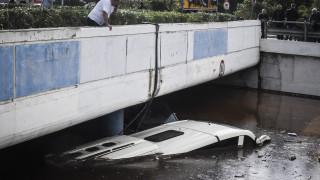 Κακοκαιρία: Λεωφορείο σκεπάστηκε από τα νερά στην παλαιά Εθνική Αθηνών-Κορίνθου (pics&vid)