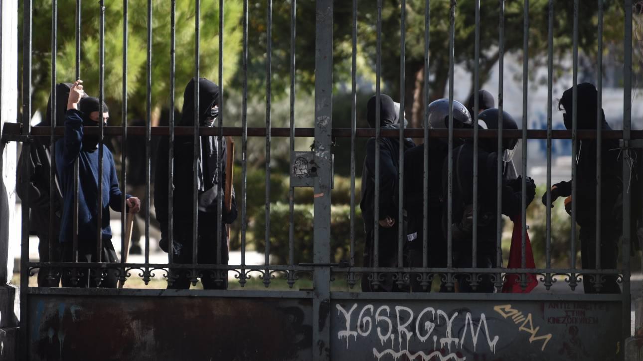 Πολυτεχνείο: Οδοφράγματα στήνουν στην αίθουσα Γκίνη οι αντιεξουσιαστές