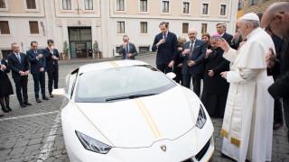 Γιατί ο Πάπας Φραγκίσκος ευλογεί μια Lamborghini;