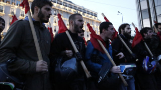 Πολυτεχνείο 2017: Υπό έντονη βροχόπτωση η πορεία στη Θεσσαλονίκη