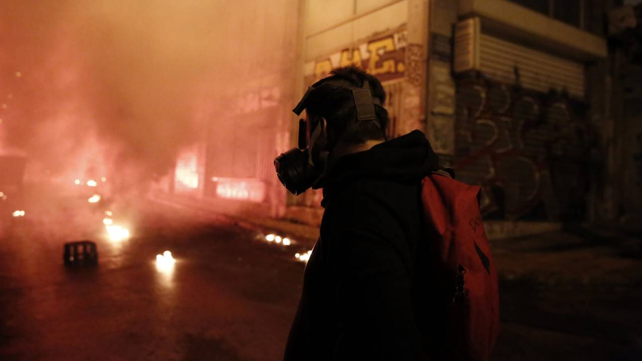 Πολυτεχνείο 2017: Καίγεται αυτοκίνητο στη Στουρνάρη