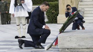 Ο Πρόεδρος της Πολωνίας γονάτισε μπροστά στο «Μνημείο του Αγνώστου Στρατιώτη»