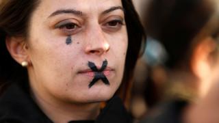 Σοκαρισμένη η Ισπανία παρακολουθεί τη δίκη για ομαδικό βιασμό