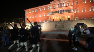 Στα πορτοκαλί «ντύθηκε» η Βουλή για την εξάλειψη της βίας κατά των γυναικών