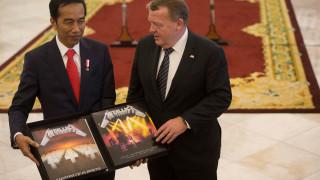 Ο Δανός πρωθυπουργός έδωσε ένα «ασυνήθιστο» δώρο στον πρόεδρο της Ινδονησίας (pics & vid)