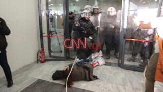 Επεισόδια με τραυματισμούς στο Ειρηνοδικείο Αθηνών (pics)