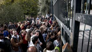Συγκέντρωση διαμαρτυρίας σπουδαστών έξω από το υπουργείο Παιδείας