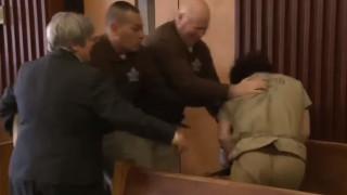 Κρατούμενος επιτίθεται σε παιδόφιλο μέσα δικαστική αίθουσα (vid)