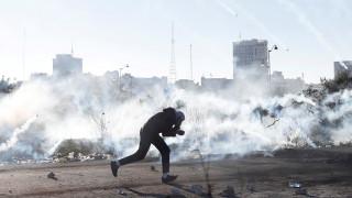 Ξεχειλίζει η οργή: Βίαιες συγκρούσεις, ένας νεκρός και 200 τραυματίες