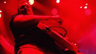 Eagles of Death Metal: ο συνιδρυτής της μπάντας κλώτσησε γυναίκα φωτογράφο στο κεφάλι