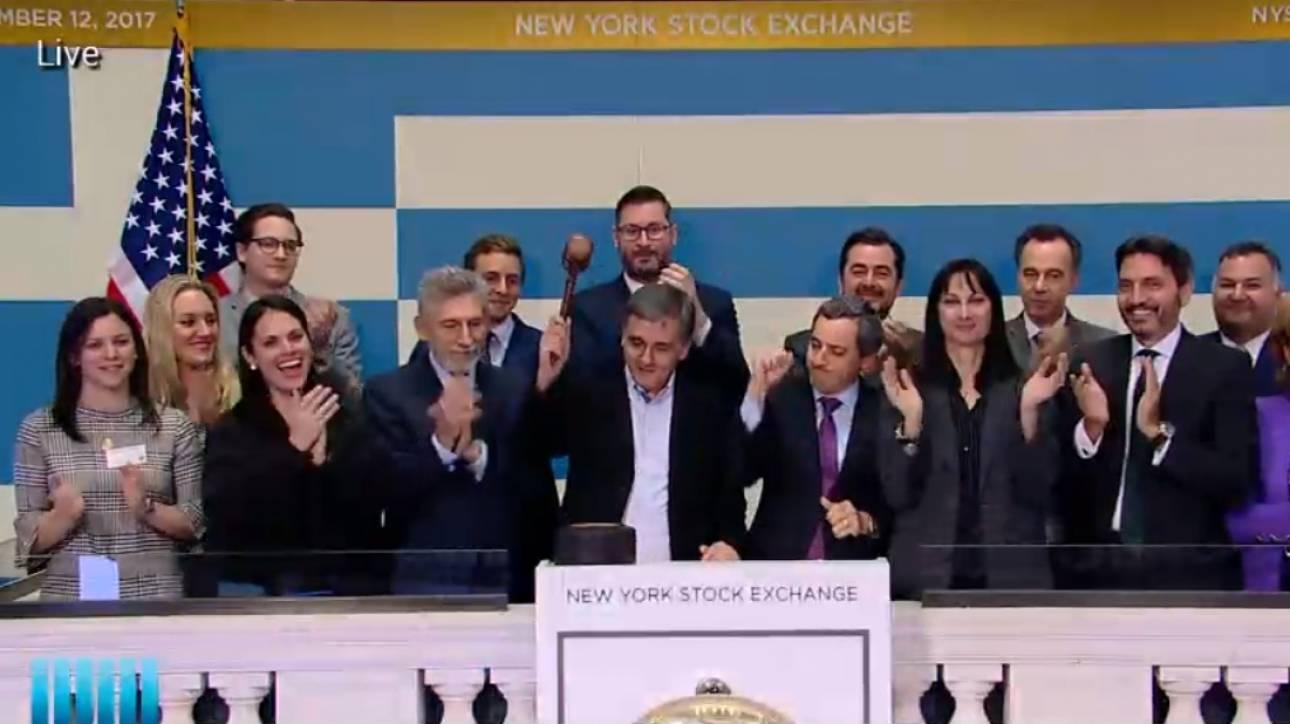 Ο Ευκλείδης Τσακαλώτος χτύπησε το καμπανάκι της λήξης των εργασιών της Wall Street