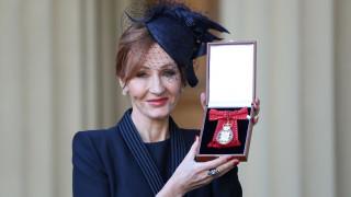 Τζ. Κ. Ρόουλινγκ: βασιλική τιμή στη «μητέρα» του Χάρι Πότερ που εξόργισε το διαδίκτυο
