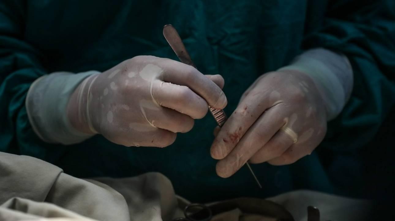 Βρετανία: Χειρουργός «υπέγραψε» με τα αρχικά του στα συκώτια δύο ασθενών