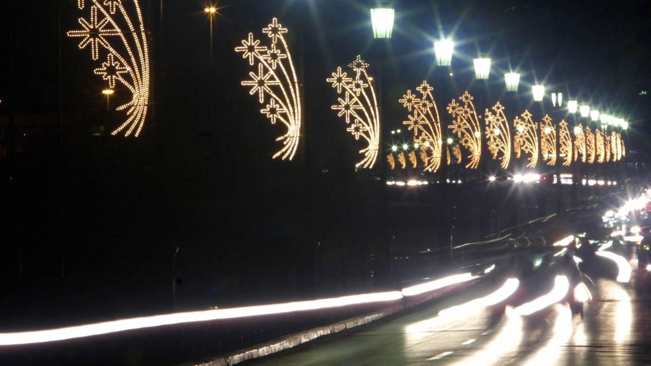 Θεσσαλονίκη: Στα γιορτινά οι τρεις μεγάλοι σταθμοί του μετρό – Φωταγωγήθηκαν οι γερανοί