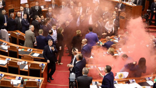 «Πεδίο μάχης» η αλβανική βουλή – Έριξαν καπνογόνα  (pics)
