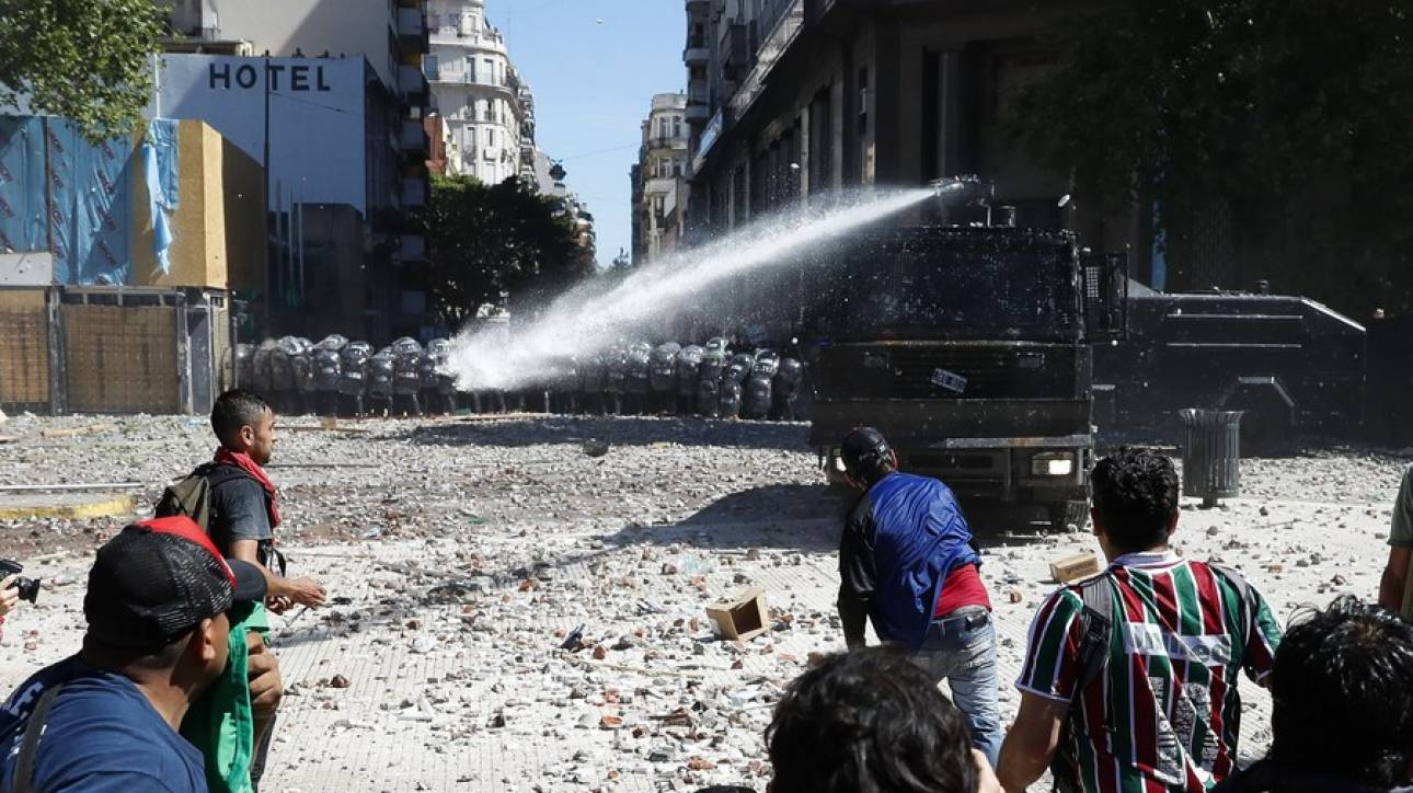 Αργεντινή: Εκτεταμένα επεισόδια κατά τη διάρκεια διαδήλωσης για το συνταξιοδοτικό (pics&vids)