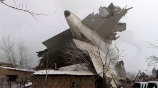 Αεροσκάφος «προσγειώθηκε» πάνω σε κτίρια, κοντά σε αεροδρόμιο του Κιργιστάν