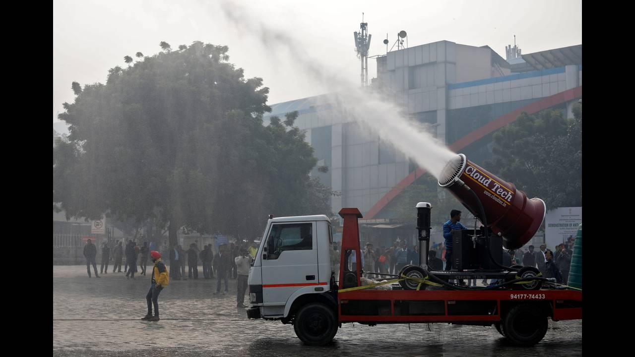 https://cdn.cnngreece.gr/media/news/2017/12/20/110387/photos/snapshot/2017-12-20T080457Z_976039591_RC1DEC441360_RTRMADP_3_INDIA-POLLUTION.JPG