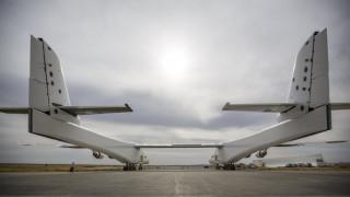 Stratolaunch: Το μεγαλύτερο αεροπλάνο στον κόσμο ετοιμάζεται να απογειωθεί (pics&vid)