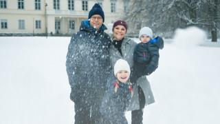 Η χριστουγεννιάτικη κάρτα της βασιλικής οικογένειας της Σουηδίας με το πορτρέτο τους στα χιόνια