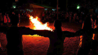 Φωτιά και μεταμφιέσεις: οι συμβολισμοί πίσω από τα έθιμα του Δωδεκαήμερου
