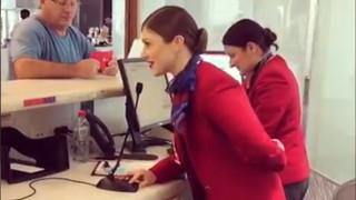 Η έκπληξη μιας αεροσυνοδού σε επιβάτες που περίμεναν την πτήση τους