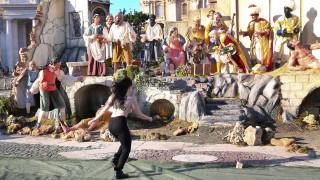 Γυμνόστηθη ακτιβίστρια αρπάζει το θείο βρέφος από τη φάτνη του Βατικανού (pics & vid)
