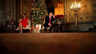 Ντόναλντ και Μελάνια Τραμπ μιλούν με παιδιά μπροστά στο χριστουγεννιάτικο δέντρο (pics)