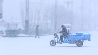 Γαλάζιο... χιόνι έπεσε στην Αγία Πετρούπολη (pics&vid)