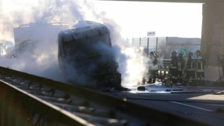 Έκρηξη βυτιοφόρου σε αυτοκινητόδρομο στην Ιταλία – Έξι νεκροί (pics)