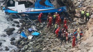 Περού: Τουλάχιστον 25 νεκροί από πτώση λεωφορείου σε χαράδρα (pics)