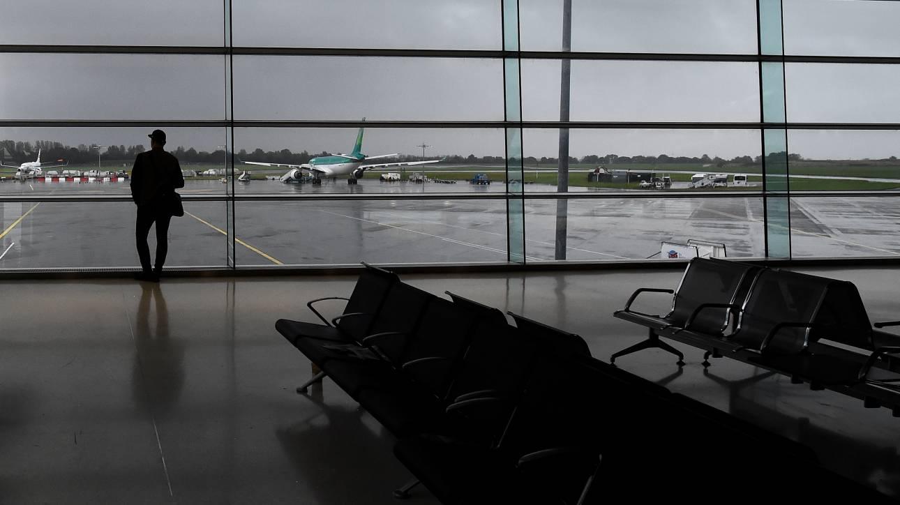 «Αγανακτισμένος» επιβάτης άνοιξε την έξοδο κινδύνου του αεροπλάνου και κάθισε στο φτερό (vid)