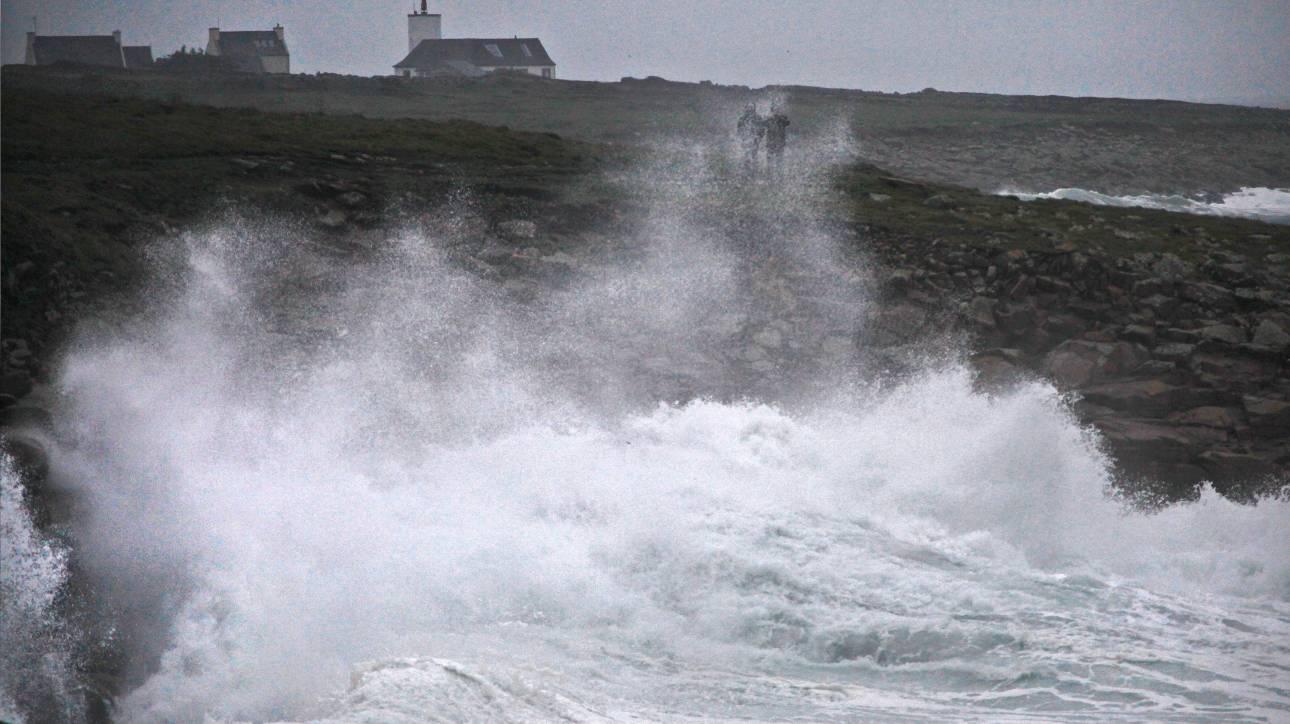 Η καταιγίδα Ελεανόρ σαρώνει τη δυτική Ευρώπη, ένας νεκρός, πολλοί τραυματίες και προβλήματα