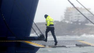 Πλοίο δίνει «μάχη» με τα κύματα στο λιμάνι της Νάξου (vid)