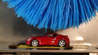 Αυτοκίνητο: Ποιος ο λόγος να χρησιμοποιεί η Nissan ένα λιλιπούτειο πλυντήριο αυτοκινήτων;
