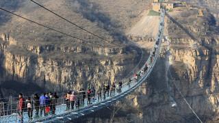 Κρεμαστή, γυάλινη, ταλαντευόμενη: Η νέα γέφυρα στην Κίνα προκαλεί δέος
