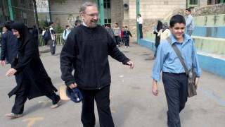 Γιατί το Ιράν απαγόρευσε τη διδασκαλία των Αγγλικών στα δημοτικά σχολεία