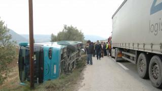Σύγκρουση φορτηγού με λεωφορείο στην Αθηνών-Κορίνθου - Επτά οι τραυματίες