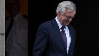 «Παράπονα» του αρμοδίου υπουργού για το Brexit στη Μέι για τη στάση των Βρυξελλών