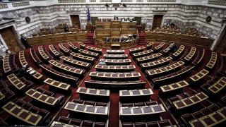 Στη Βουλή το πολυνομοσχέδιο – Τι προβλέπει για πλειστηριασμούς, επιδόματα και απεργίες